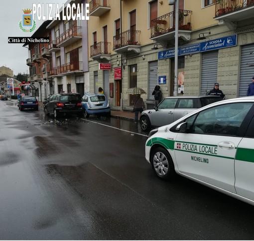 Nichelino, incidente con tre auto coinvolte in via Torino: neonato e fratellino di due anni illesi