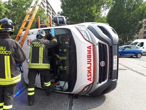 Scontro tra un'auto e un'ambulanza in corso Unione Sovietica