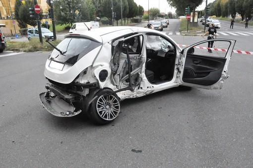 Scontro tra auto in corso Potenza: un uomo sbalzato fuori, l'altro resta incastrato nel veicolo