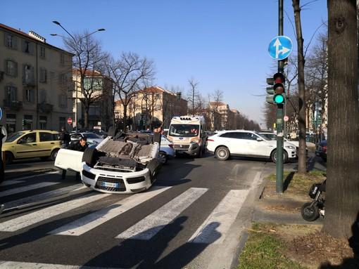 Torino, inseguimento con auto ribaltata in corso Lecce