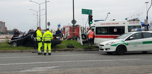 Auto contro ambulanza in corso Grosseto: sei persone ferite