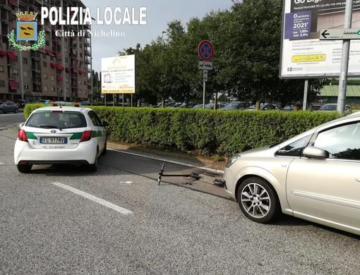 Nichelino, auto travolge monopattino: solo ferite lievi per la 40enne sbalzata a terra