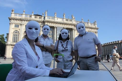 """A Torino esplode la protesta degli insegnanti precari: """"Noi fantasmi con il trolley in mano, stabilizzateci"""" [VIDEO e FOTO]"""