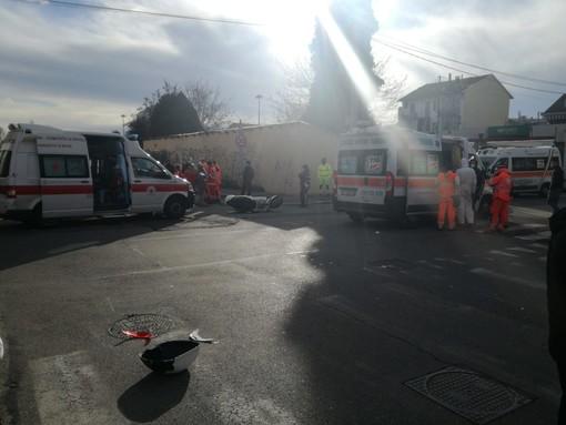Incidente moto-auto in via Chambery, con autoambulanze