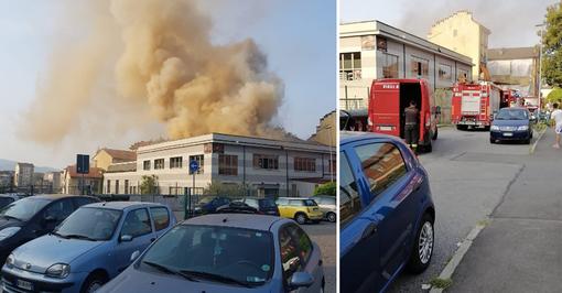 Incendio in Borgo Vittoria, in fiamme edificio in via Cambiano: sul posto i vigili del fuoco