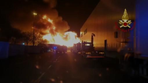 Notte di interventi per i vigili del fuoco: brucia una cascina a Rivoli, ma roghi anche a Grugliasco e ad Avigliana [VIDEO]