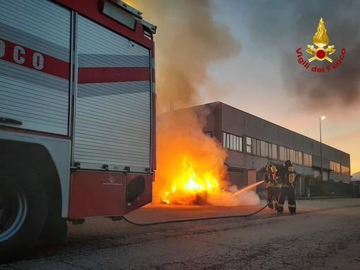 A fuoco un'auto nella zona industriale di Volvera, nessuna persona coinvolta
