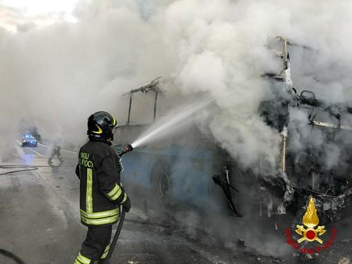 Incendio sul bus di linea a Torre Canavese, l'autista riesce a far scendere tutti i passeggeri [VIDEO]