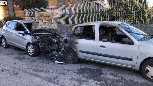Parella, una panchina e due auto bruciate nel giro di pochi giorni (FOTO)