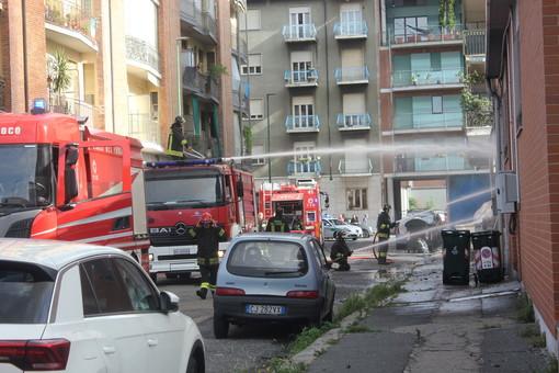 incendio di un magazzino con pompieri e polizia