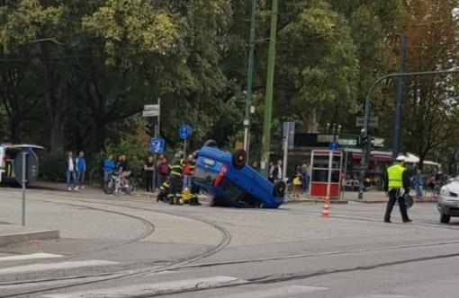 Incidente in corso Vittorio Emanuele: si ribalta una vettura in mezzo all'incrocio