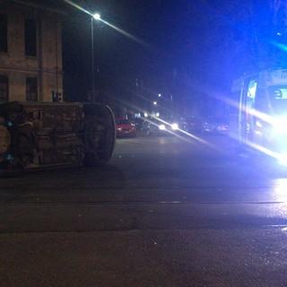 Paura in corso Belgio: un'auto si ribalta per evitare l'investimento di un ragazzo [VIDEO]