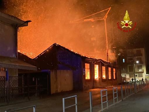 Ciriè, a fuoco una falegnameria dismessa: i pompieri bonificano l'area