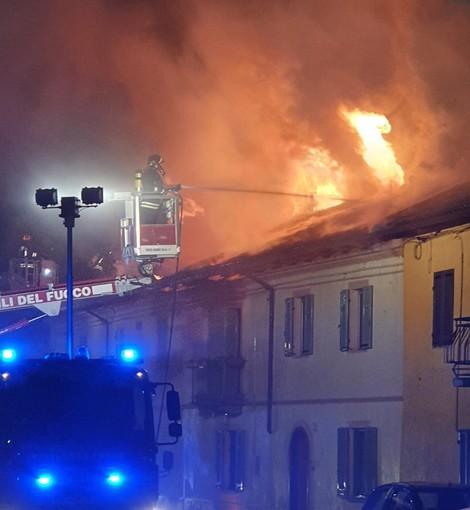 Incendio in via La Salle a Grugliasco, a fuoco una casa di due piani (FOTO e VIDEO)