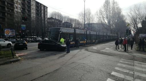 Auto in contromano viene colpita dal tram 4 in piazza San Gabriele di Gorizia: linea bloccata