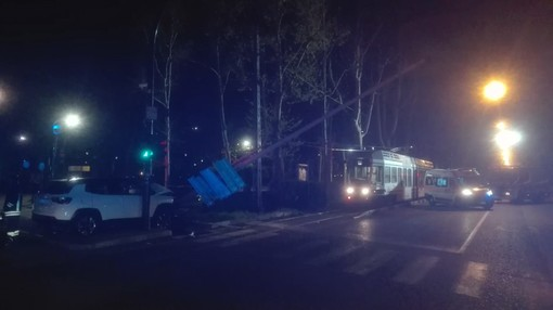 Si schianta contro il palo della luce e lo abbatte: bloccati i tram in corso IV Novembre
