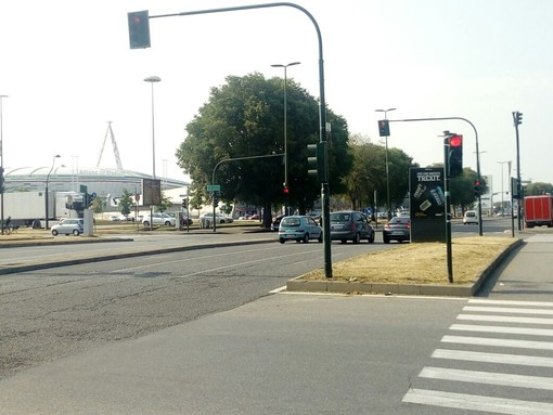 """Incrocio pericoloso tra Strada Altessano e corso Grosseto:""""Serve un altro semaforo"""""""