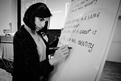 Donna che scrive su una lavagna