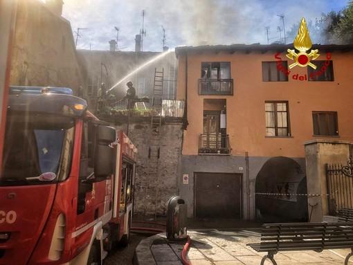 Incendio di un tetto in via Santa Chiara a Susa, vigili del fuoco in azione