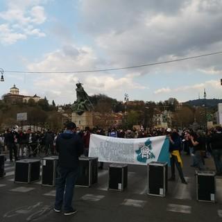 I lavoratori dello spettacolo bloccano il ponte di corso Vittorio Emanuele con bauli e striscioni [FOTO e VIDEO]
