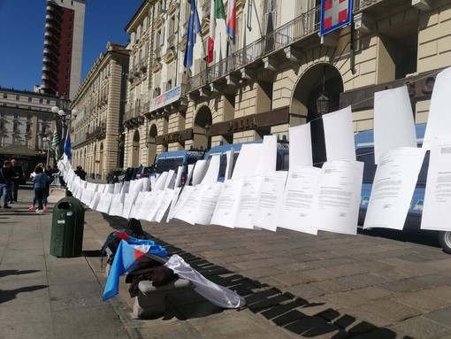 lettere di licenziamento appese a un filo in piazza castello a Torino