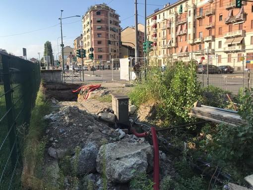 Largo Giachino, l'eterno cantiere tra transenne e buche esaspera i residenti