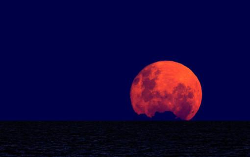 """Arriva la """"Luna di Sangue"""" e sarà l'eclissi totale più lunga del secolo"""