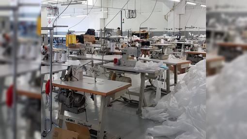 """Anche i laboratori abusivi si """"riconvertono"""": la polizia scopre un centro illegale per produrre mascherine"""