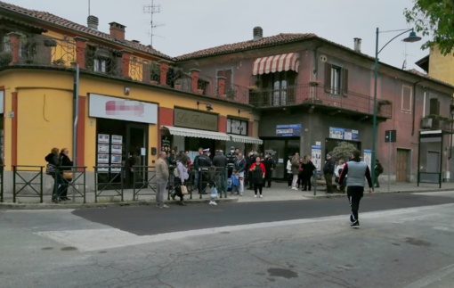 Continuano gli assembramenti davanti al bar di via Orti a Chivasso: il sindaco si rivolge al Prefetto
