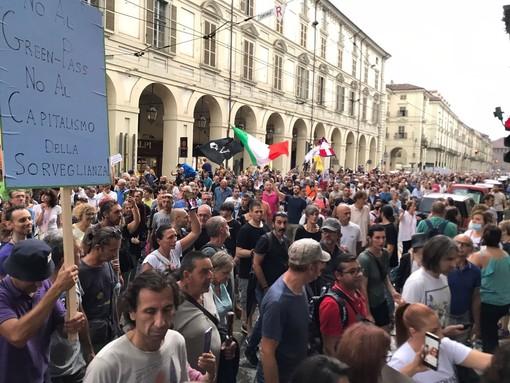 A Torino sfila ancora la rabbia dei No Green Pass: migliaia in corteo [FOTO E VIDEO]