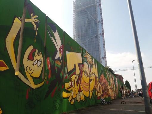Torino si risveglia cubista: sotto il Grattacielo della Regione spunta Guernica [FOTO]