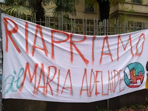 """""""Il sonno della Regione genera morti"""": presidio davanti al Maria Adelaide per chiederne la riapertura (FOTO)"""