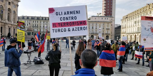 """Armeni in piazza Castello a Torino: """"Stop alle violenze in Artsakh"""" [FOTO]"""