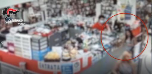 Madre e figlia rubano in un negozio e scappano, il titolare si aggrappa alla loro auto e viene trascinato per alcuni metri: arrestate [VIDEO]