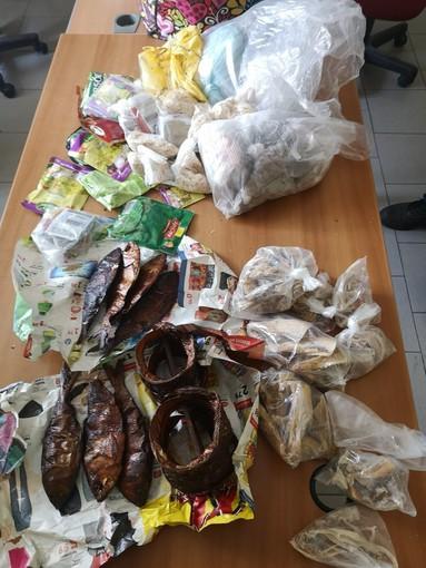 A Porta Palazzo i vigili urbani trovano cibo andato a male e merce illegale