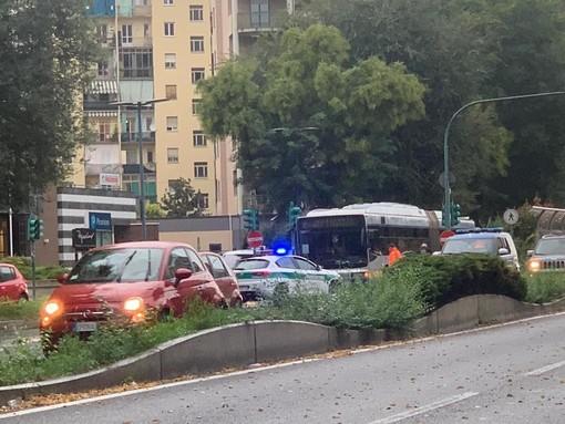 Il monopattino finisce contro un bus, ferita una ragazza di 21 anni