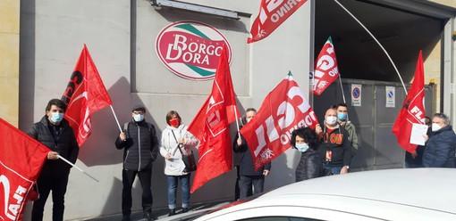"""Presidio davanti alla Borgo Dora a difesa del lavoratore licenziato: """"Colpito perché delegato sindacale"""""""