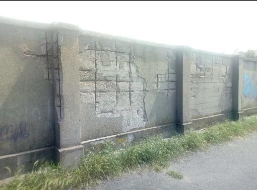 """Il muro di via Forlì cade a pezzi"""": crepe, buchi e travi fuori dal sottopasso Donat Cattin"""