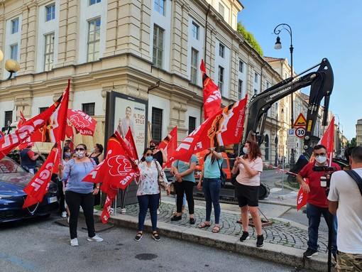 """Arriva la Lazio: davanti al Golden Palace tornano a manifestare i lavoratori """"in bilico"""""""
