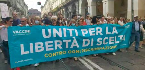 """A Torino nuova manifestazione contro il Green Pass, centinaia in piazza: """"Libertà, non siamo schiavi"""""""