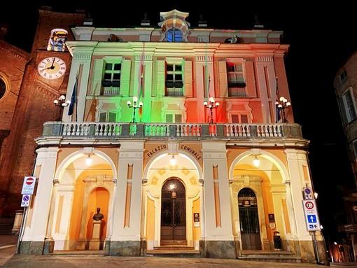 A Moncalieri Municipio illuminato con il tricolore sino al termine dell'emergenza Coronavirus