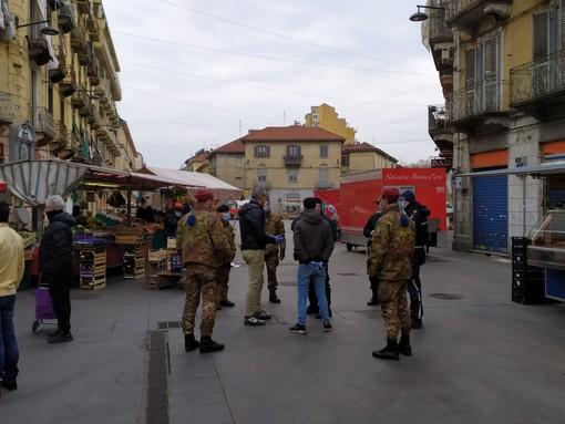Il mercato di piazza Foroni riapre con accesso limitato e controlli dell'esercito