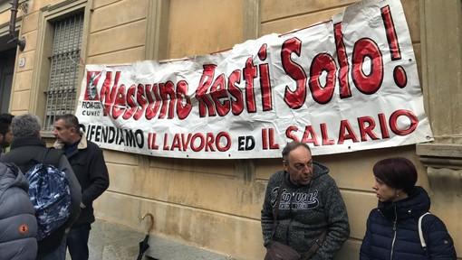 La rabbia e le lacrime dei lavoratori Mahle: l'azienda chiude gli stabilimenti di Saluzzo e La Loggia [FOTO e VIDEO]