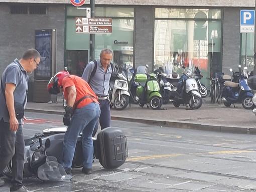 Incidente in via Pietro Micca, moto scivola sulla benzina persa dal bus: disagi al traffico in centro