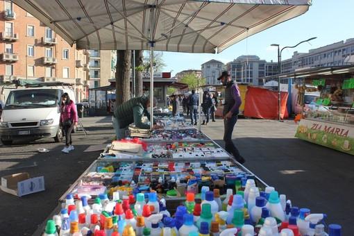 mercato con ambulanti non alimentari
