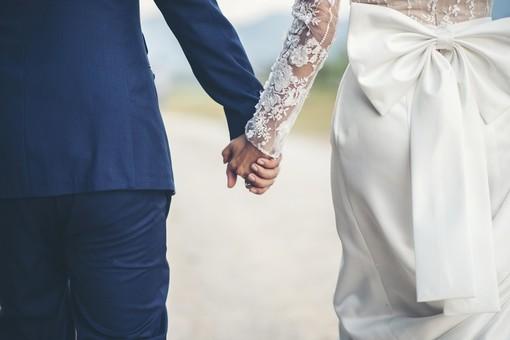 due sposi si tengono per mano