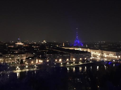 La Mole si illumina per Natale: 2000 luci fanno risplendere il simbolo di Torino [VIDEO]