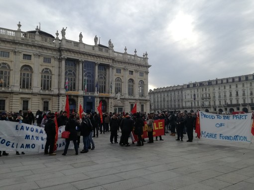 """Crisi Mahle, in piazza Castello i lavoratori di La Loggia e Saluzzo: """"Ritirare i licenziamenti, la Regione è con noi"""""""