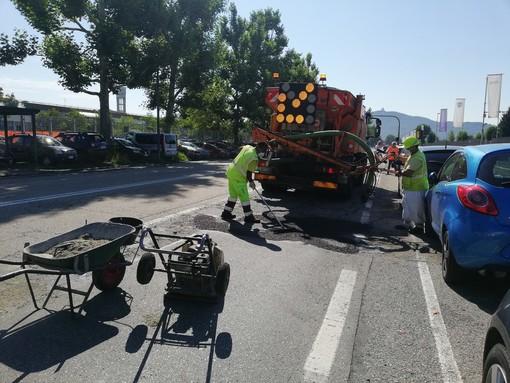 Asfalto danneggiato a Torino: in azione la tappabuche in Lungo Stura Lazio (FOTO e VIDEO)