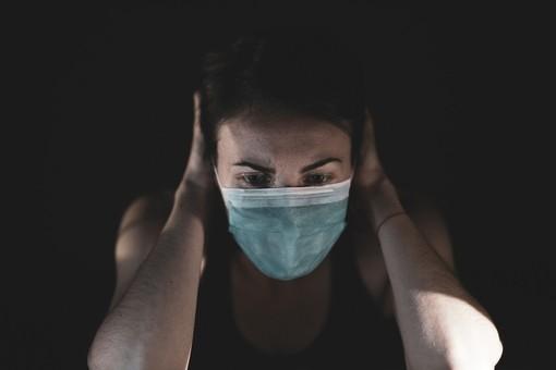Donna con mascherina chirurgica Covid
